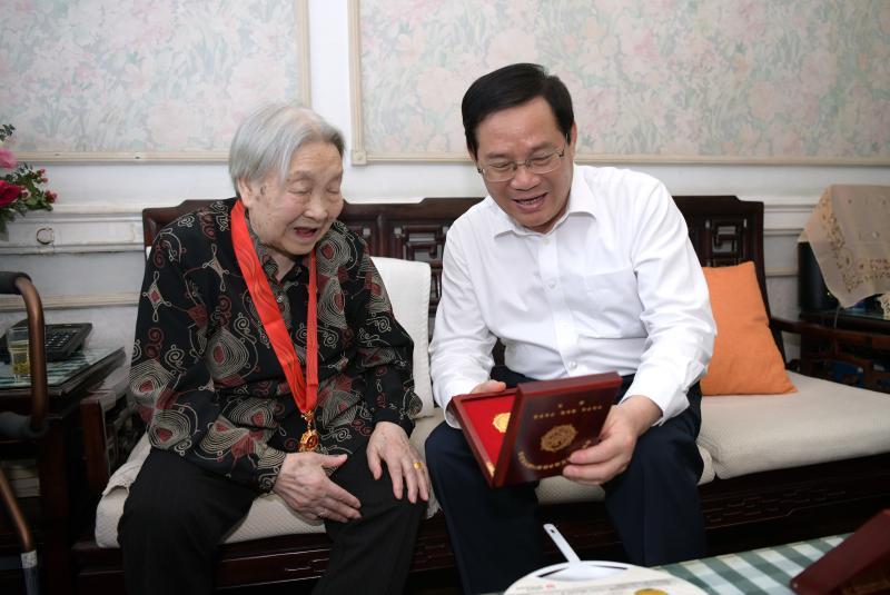 李强龚正于绍良走访慰问老党员和烈士遗属代表