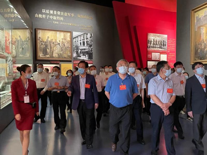 许家印等全国政协常委参观党历展览