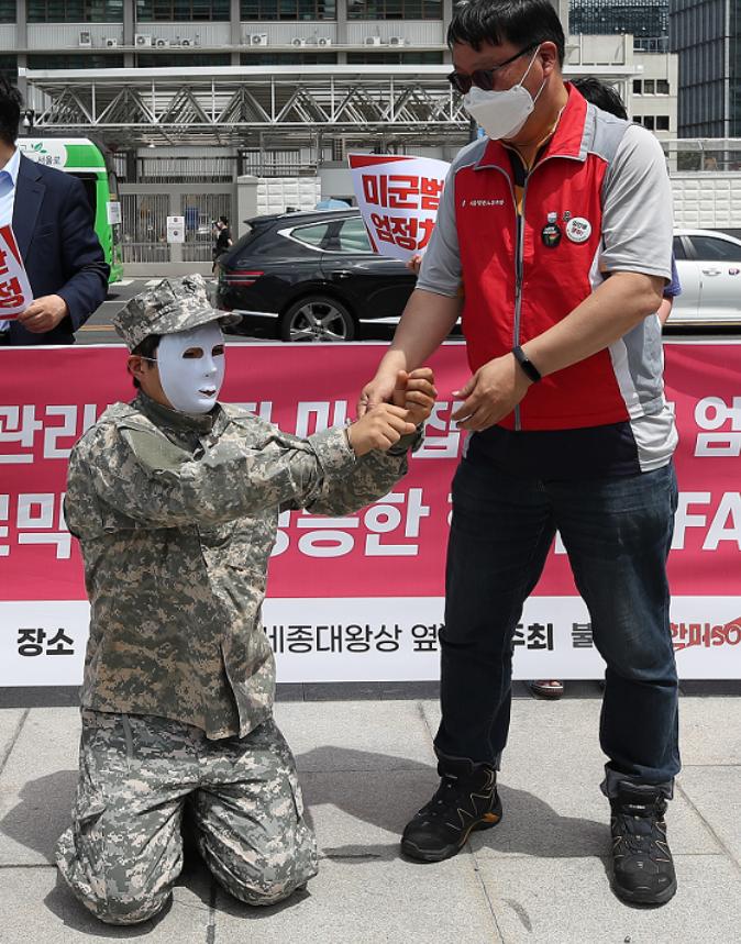 2名美军在韩国合伙偷包被抓 网民气炸:真是强盗!