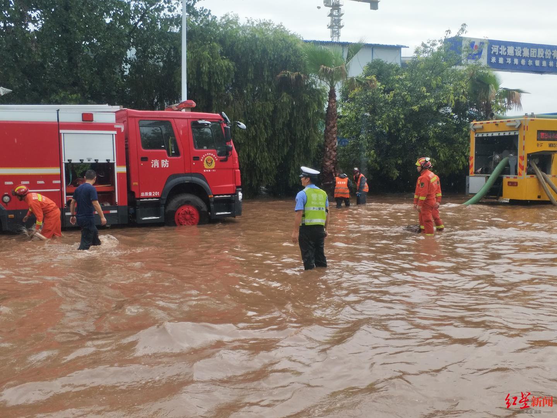 四川西昌邛海边108国道缸窑路段积水严重,已交通管制