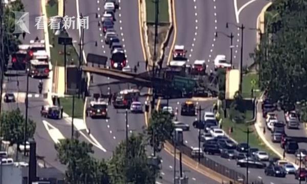 美国华盛顿高速路上方人行天桥垮塌 致5人受伤