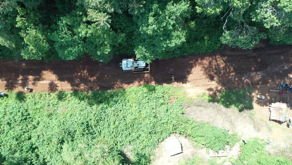 挺进原始森林 中国赴刚果(金)维和工兵分队修复26公里受损道路