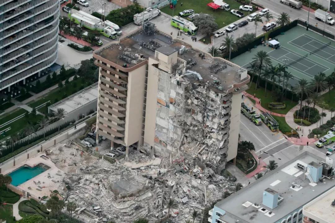 美国迈阿密12层大楼突然倒塌,有人祈祷、有人质疑