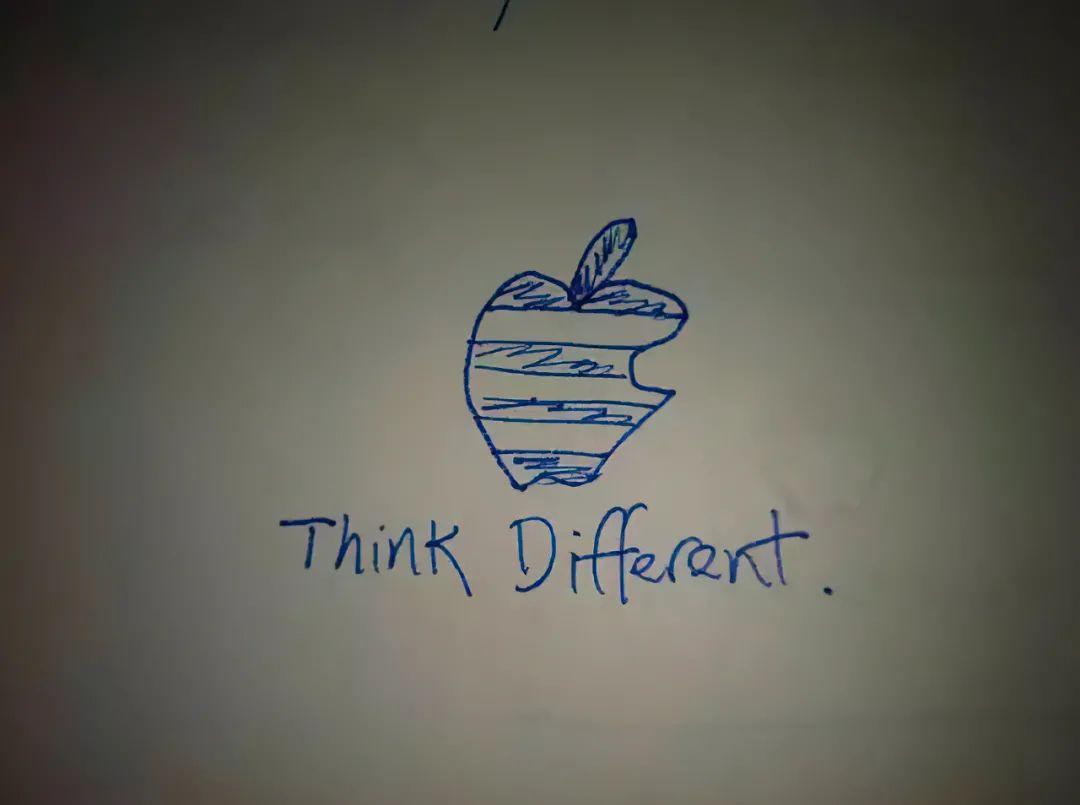 """Think Different""和苹果的 Logo 放在一起的手稿,图片由作者提供"