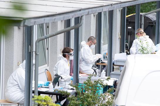 △德累斯顿卫生机关工作人员在涉事宿舍楼进行病毒检测 来源:德新社