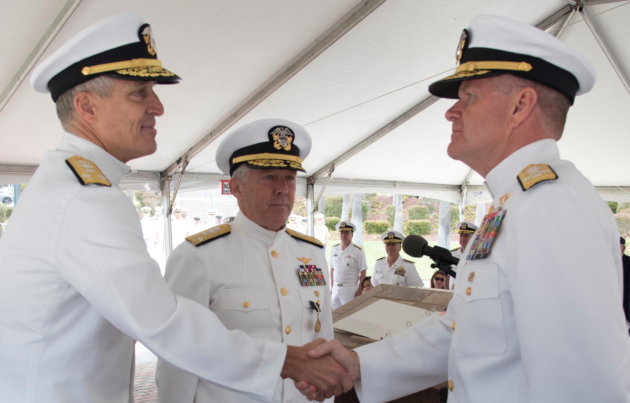 左侧的史蒂夫·科勒中将与右侧的塞缪尔·帕帕罗上将握手,接受其祝贺