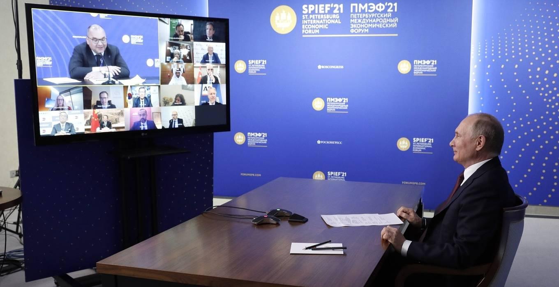 出席多国媒体新闻会的普京,正在听取塔斯社谢尔盖·米哈伊洛夫社长问题(克里姆林网站)