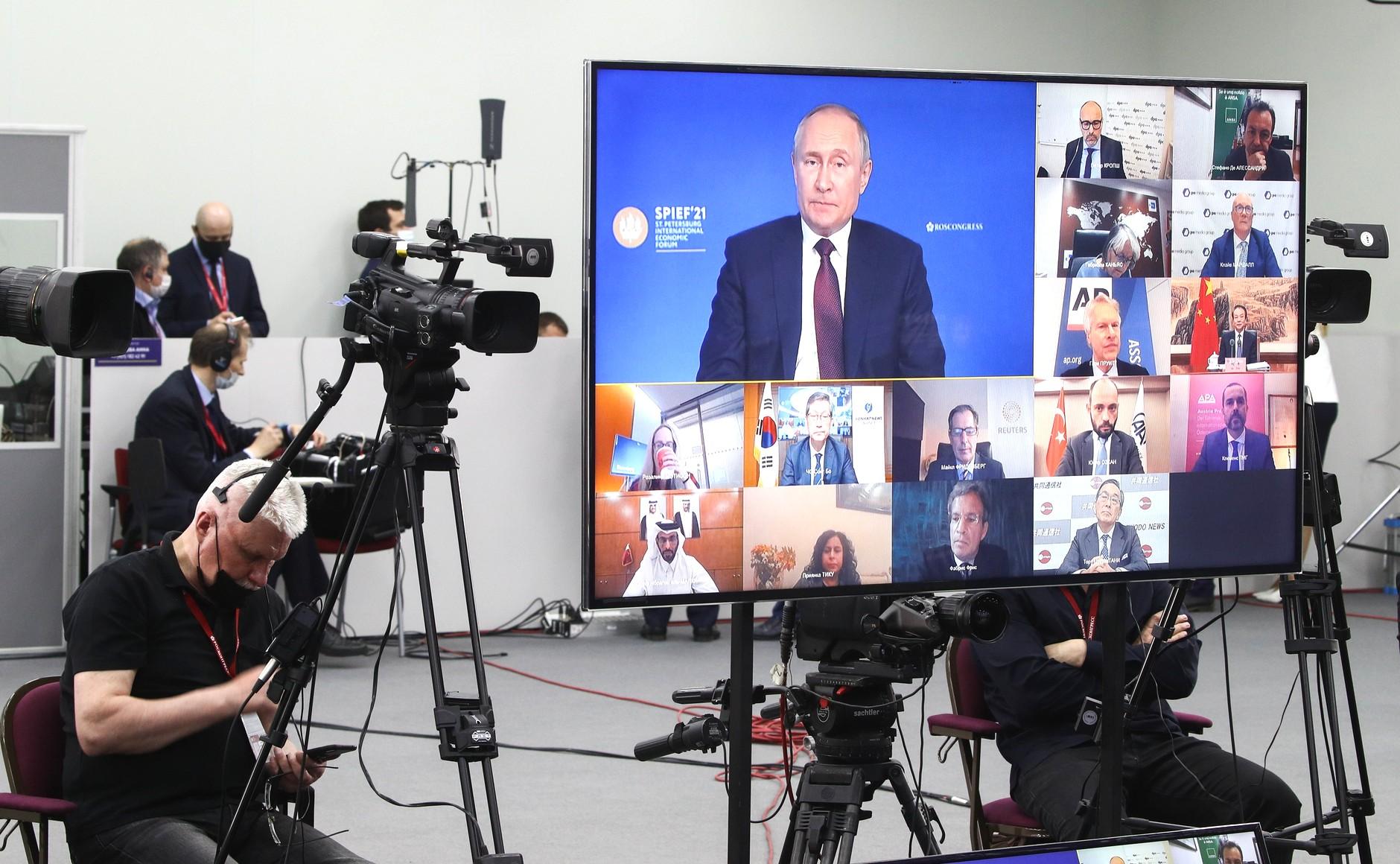 普京回答各国媒体新闻会时的直播画面(克里姆林网站)