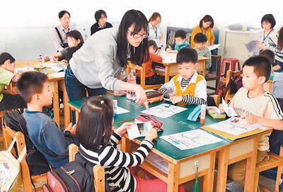 """云林县仁和小学举办""""跨年级教学""""公开课,孩子们在专心聆听老师讲课。"""