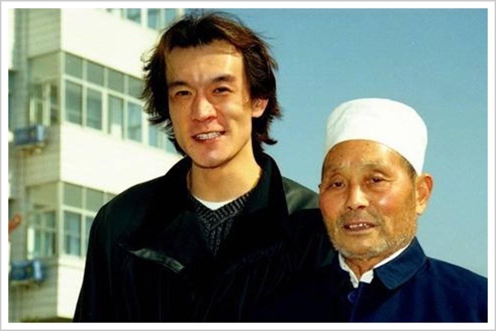 晚年王守义与央视综艺节目《幸运52》主持人李咏的合影