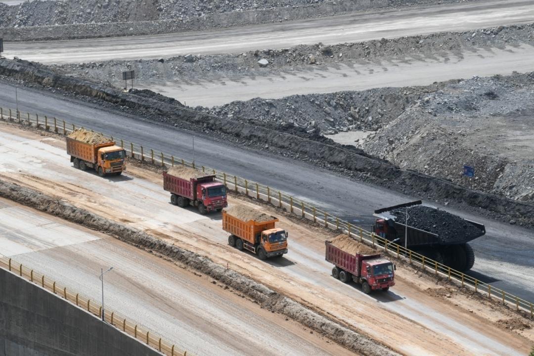 卡车在内蒙古鄂尔多斯市准格尔旗黑岱沟露天煤矿内作业(5月26日摄)。 新华社记者 贝赫 摄