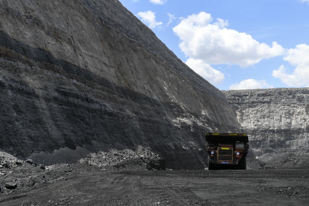 卡车在内蒙古鄂尔多斯市准格尔旗黑岱沟露天煤矿内作业(5月26日摄)。 新华社记者贝赫 摄