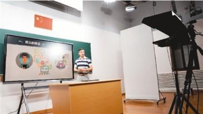 上海市徐汇区教育学院教师在录制课程。