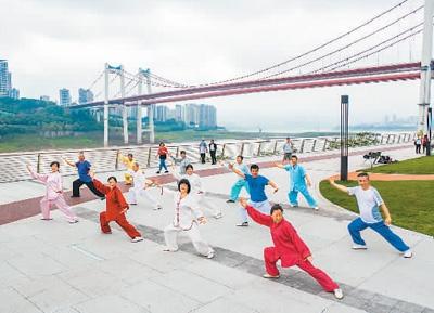 市民在重庆九龙坡区九龙滩广场晨练。