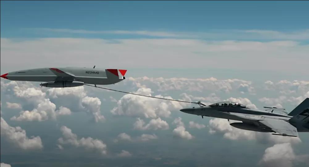 外媒:美军无人加油机首次成功为舰载战斗机空中加油