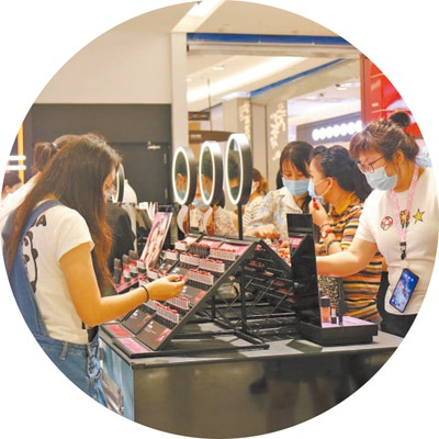 Tourists try cosmetics in duty-free shops.Photo by our reporter Wang Xinyue