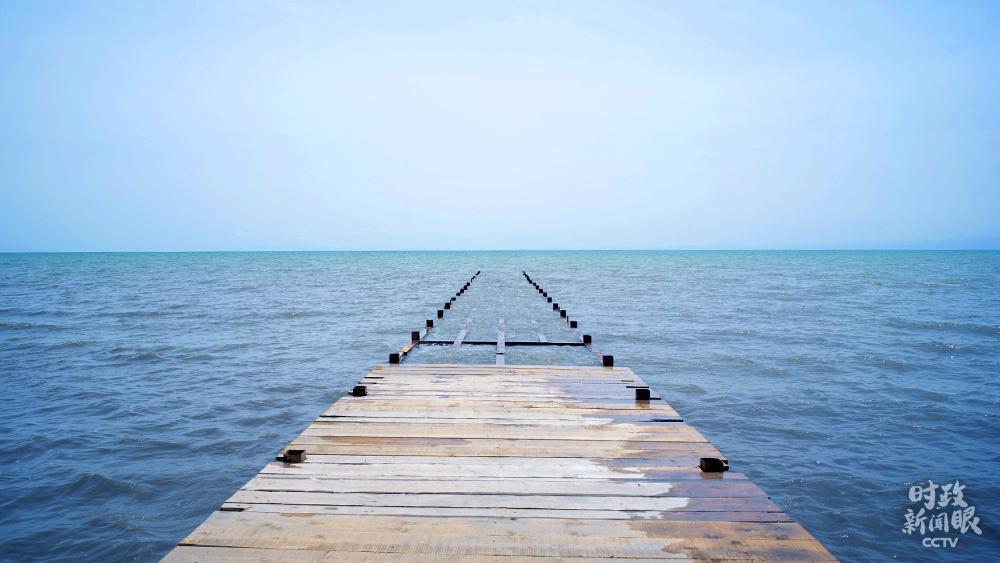 △向湖水延伸的栈桥(总台央视记者彭汉明拍摄)