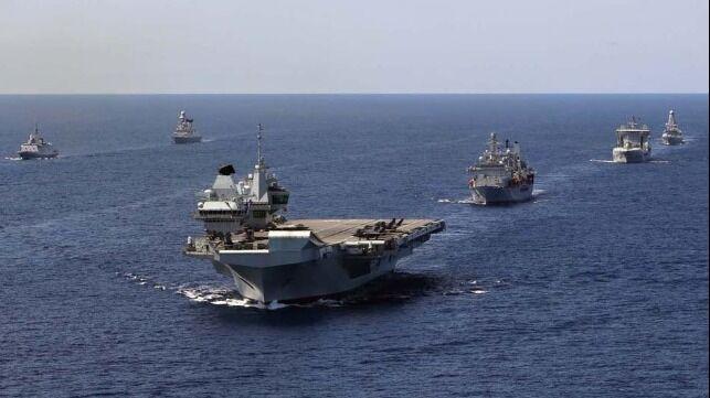 """英国海军早前发布的""""伊丽莎白女王""""号航母战斗群照片,两艘45型驱逐舰均在"""
