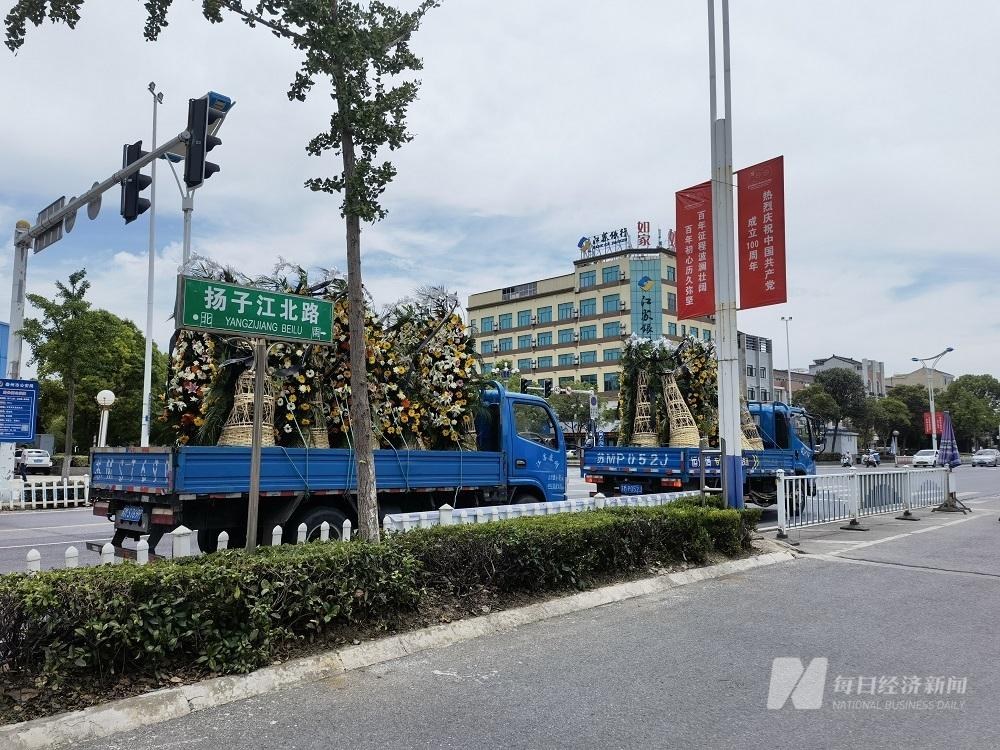 行进在扬子江北路上运送花圈的车辆 图片来源:每经记者 黄鑫磊 摄