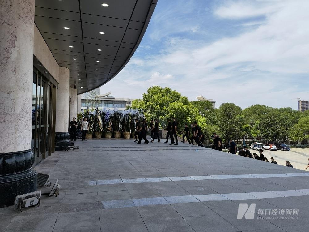 列队整齐,正入场悼念的扬子江药业员工 图片来源:黄鑫磊 摄