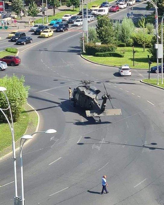 美军直升机在公路上迫降(Twitter)