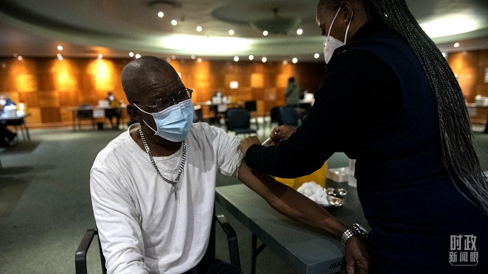 △2021年5月,南非比勒陀利亚,当地民众在接种新冠疫苗。(图/视觉中国)