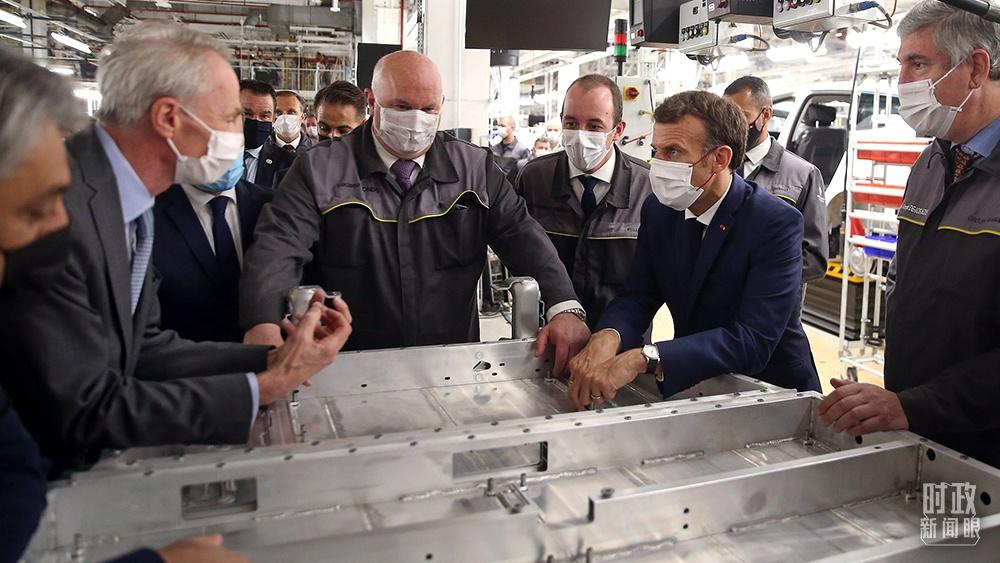△2021年6月28日,马克龙(右二)在参观法国北部城市杜埃附近的工厂时,对中国企业将在这里投资建设电池工厂表示欢迎。(图/视觉中国)