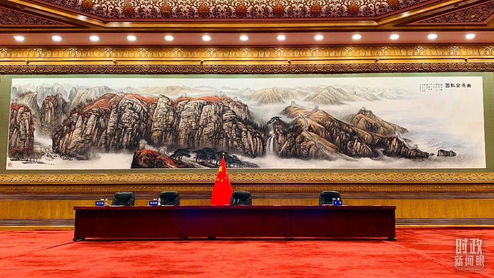 △北京人民大会堂,视频峰会开始前的会场。(总台央视记者范一鸣拍摄)