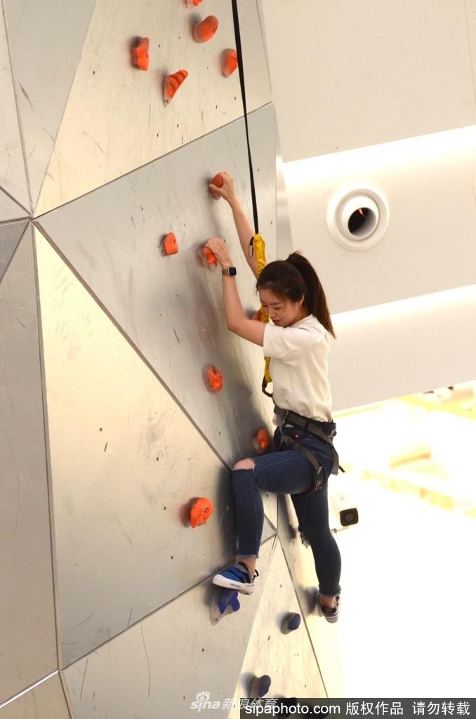 攀岩爱好者挑战全球最高室内攀岩成功登顶