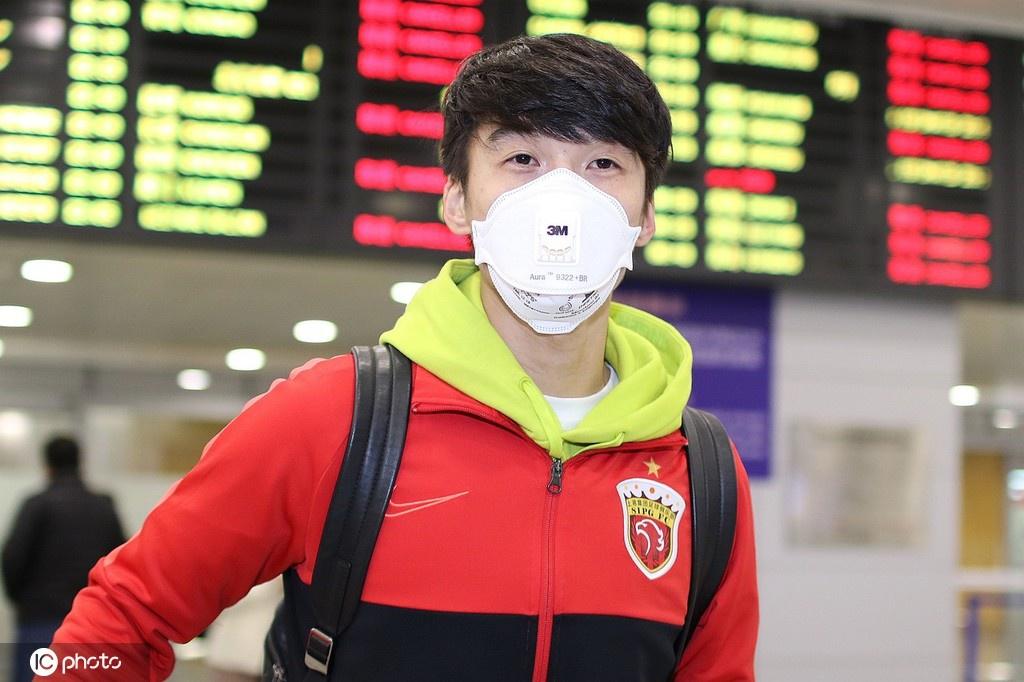 上海上港结束冬训抵达浦东 全员戴口罩现身