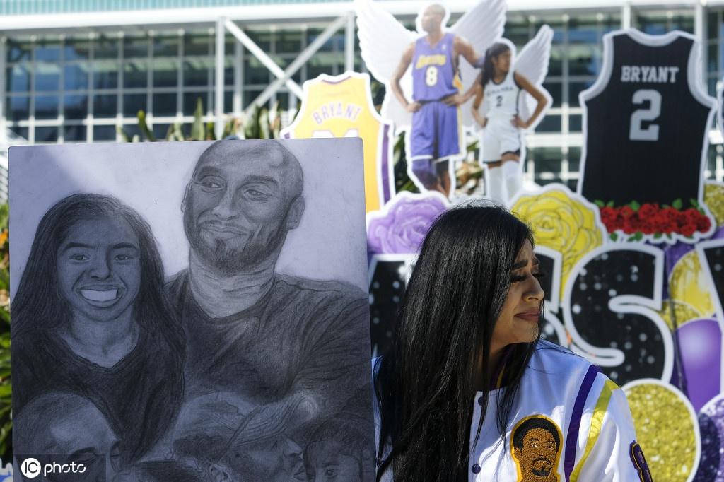 球迷聚集斯台普斯球馆外缅怀科比 巨大海报与标语表达思念
