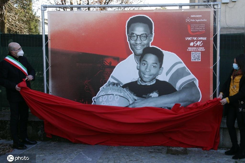 意大利小镇举行纪念科比活动 科比童年与父亲温馨旧照揭幕亮相
