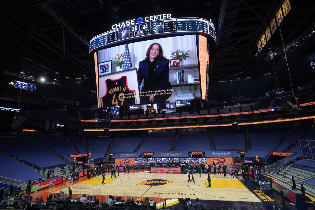 NBA比赛现场致敬美国史上首任女副总统