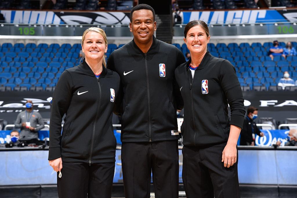 NBA首次两名女裁执法