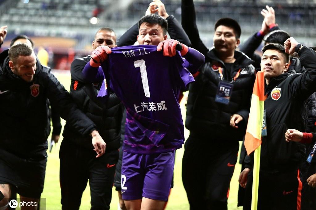 上港全队庆祝晋级前四名
