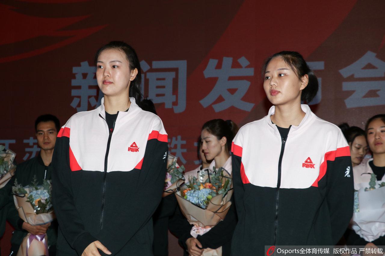 张常宁领衔江苏女排出征排超仪式