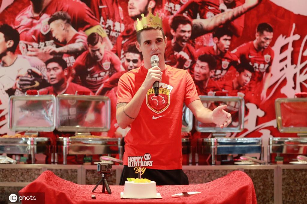 上海上港为奥斯卡庆祝29岁生日 寿星惨遭蛋糕糊脸