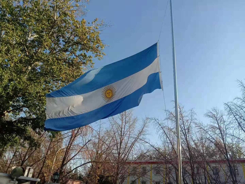 中国球迷在阿根廷大使馆悼念球王马拉多纳