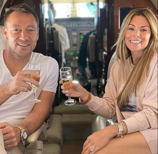 庆祝保级!特里同娇妻在飞机上开香槟