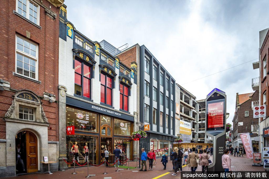 由于疫情得到控制 荷兰埃因霍温球迷商店重新开门营业