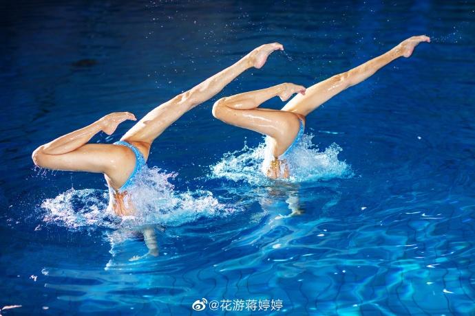 花样游泳双胞胎美女同框晒美拍