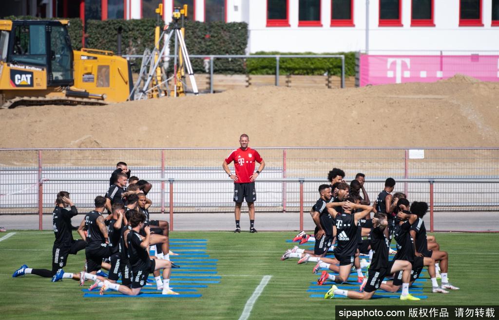 拜仁训练备战比赛 助教克洛泽大秀脚法