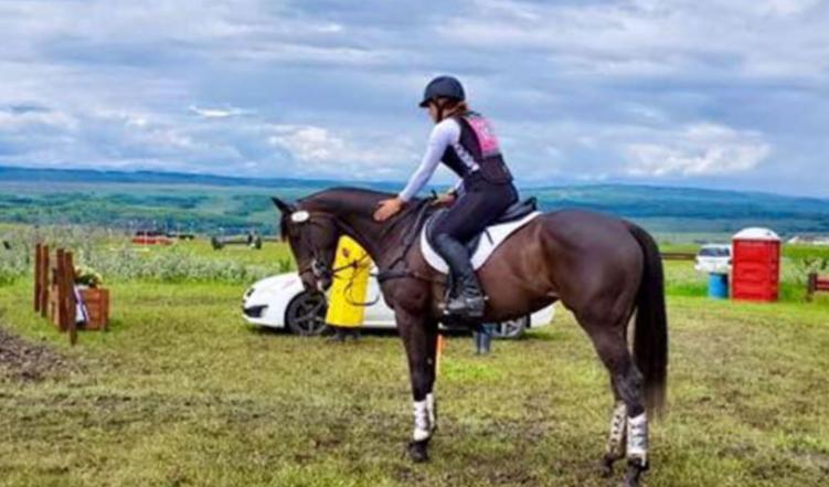 骑手凯瑟琳·莫雷尔与她的喜欢驹Kerry On。图片来自Facebook。