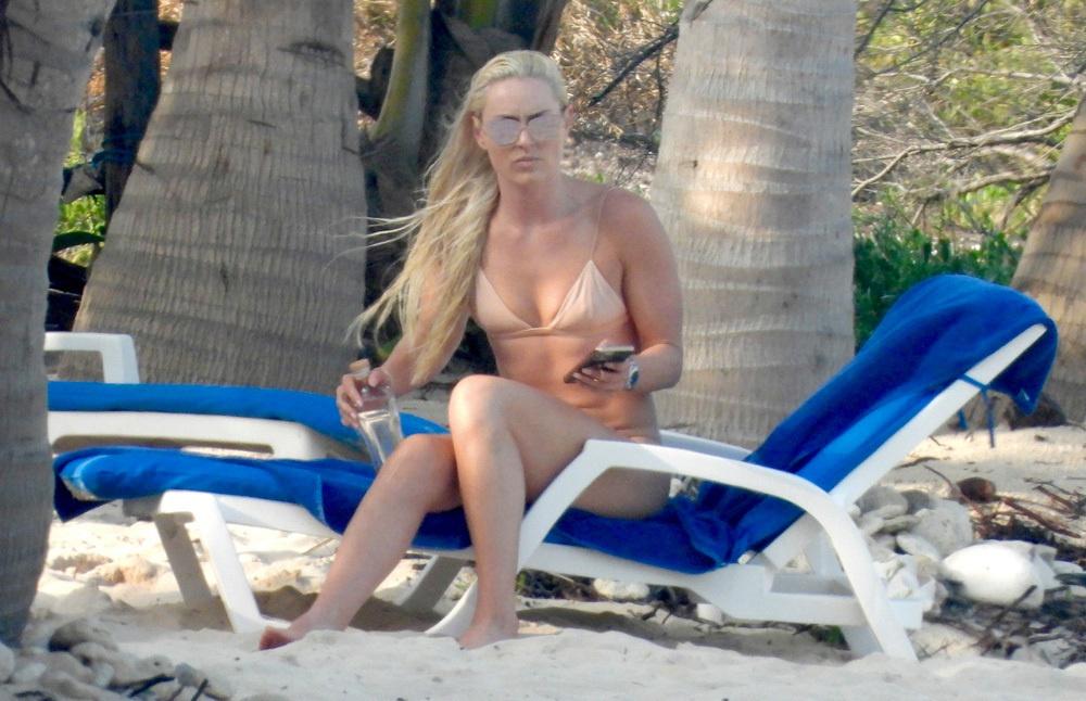 伍兹前女友裸色泳衣示人 接受橘皮组织妊娠纹存在