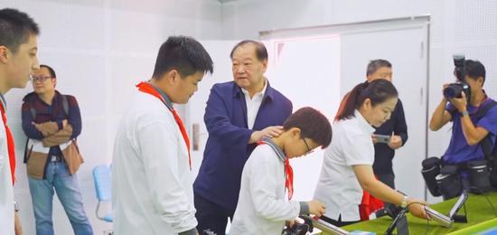 许海峰:射击运动适合中国人 还能预防孩子近视