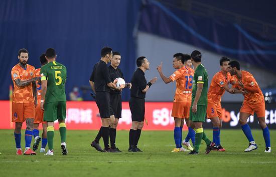 山东鲁能泰山队球员赛后与裁判员理论。新华社记者许畅摄
