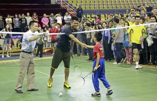 林丹在活动中与小羽毛球爱好者互动。新华社发(冼超龙 摄)