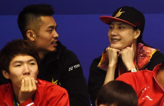 林丹与妻子谢杏芳在场边交谈。新华社记者韩瑜庆摄