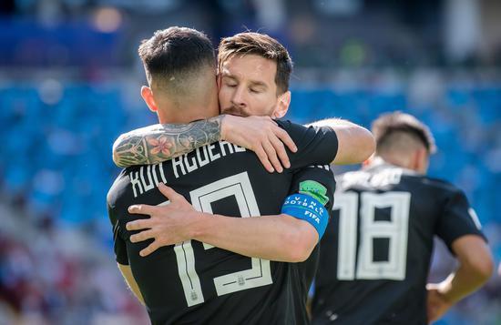 西媒:阿圭罗明年愿意自在转会加盟巴萨 投梅西
