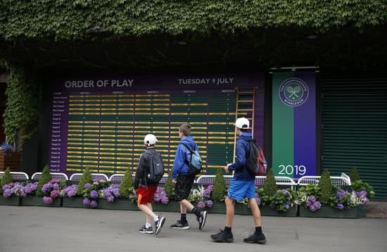 不悦目多从温网球场内的赛程外前走过。新华社记者韩岩摄